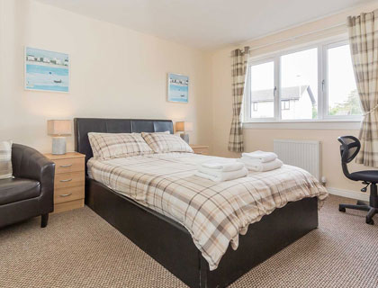 Grangemouth Property Lets offers a welcoming and comfortable bedroom in Grangelea Court with flat screen TV and double bed, desk and chair.